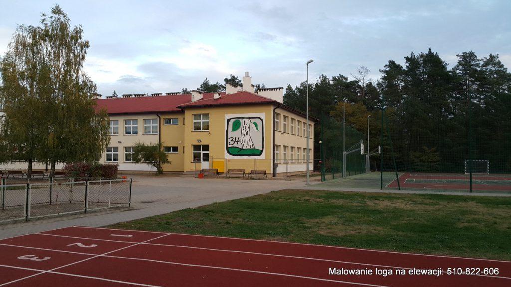 Logo na budynku, malowanie logotypu na elewacji budynku szkolnego