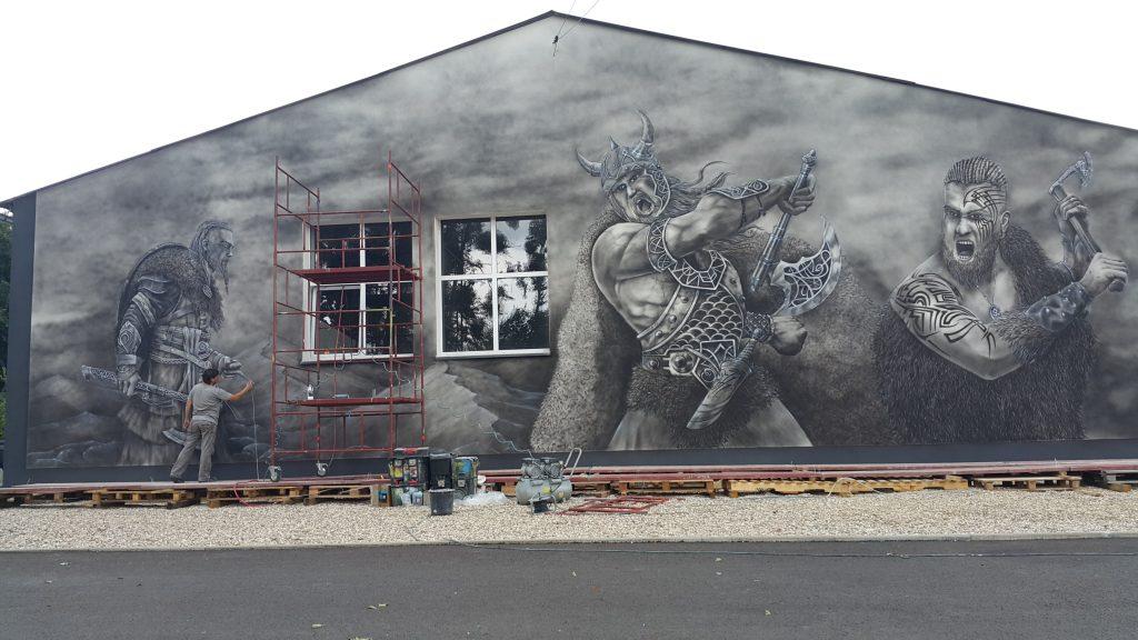Malowanie wikingów na elewacji budynku, mural 3D