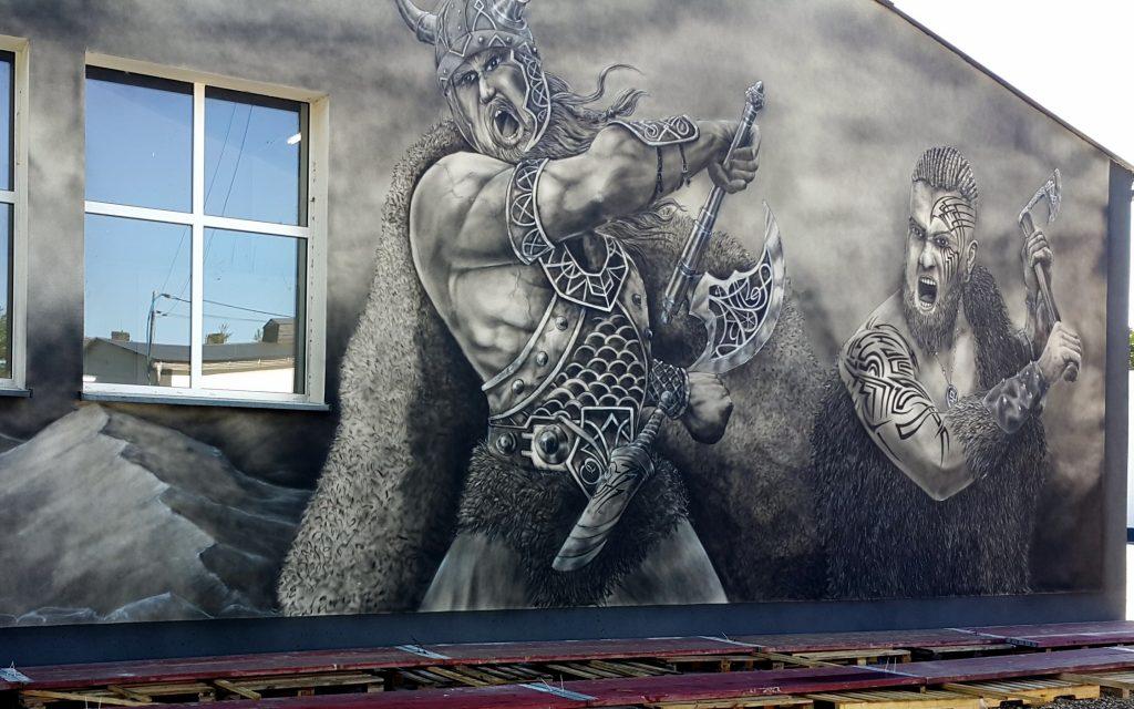 Wikingowie, mural na elewacji budynku