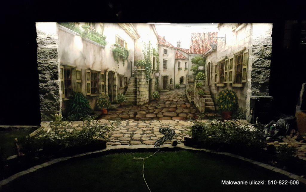 Podświetlanie muralu, podświetlony mural noca w ogrodzie