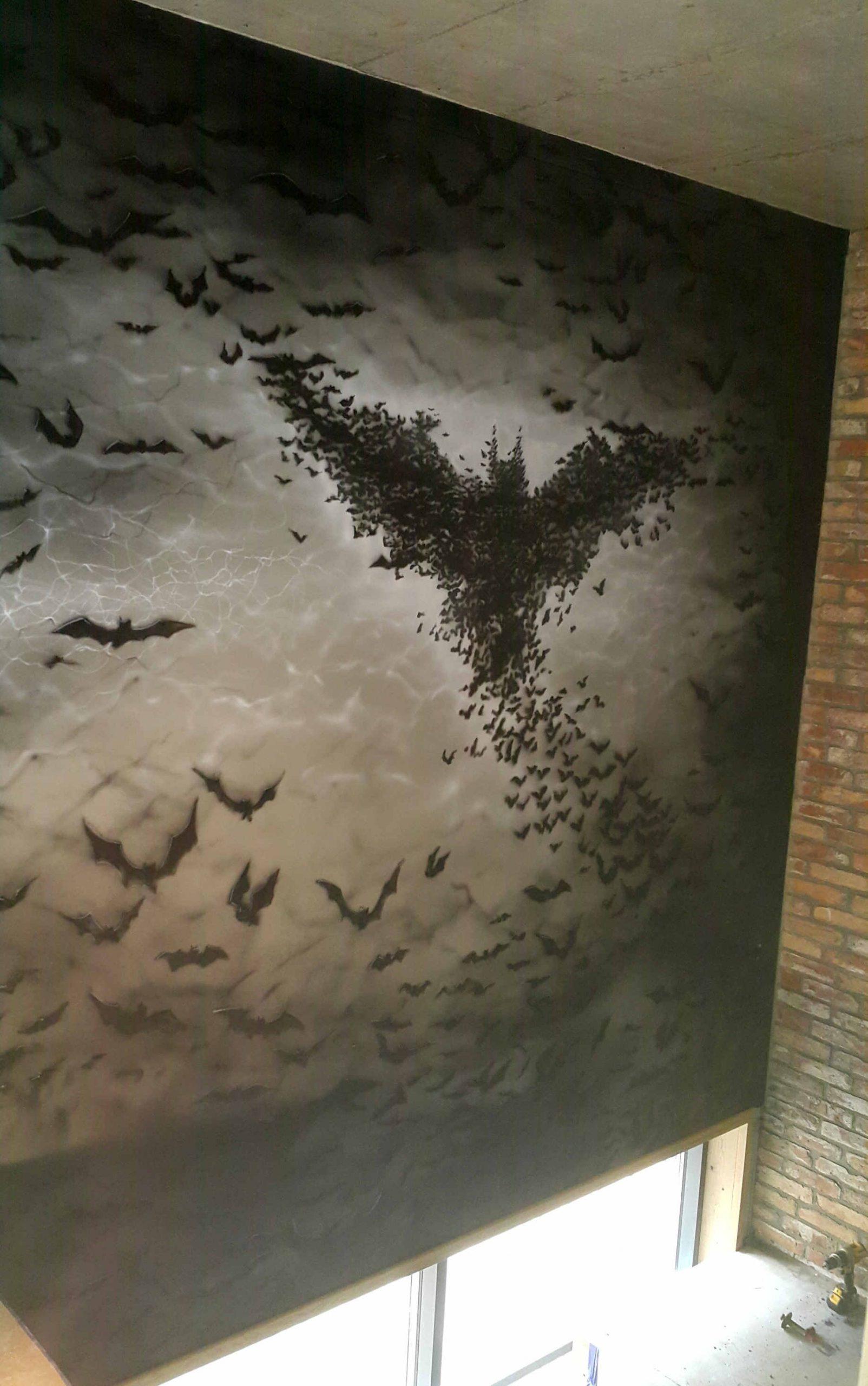 Ciekawa koncepcja wystroju klatki schodowej, mroczny mural w szarosciach
