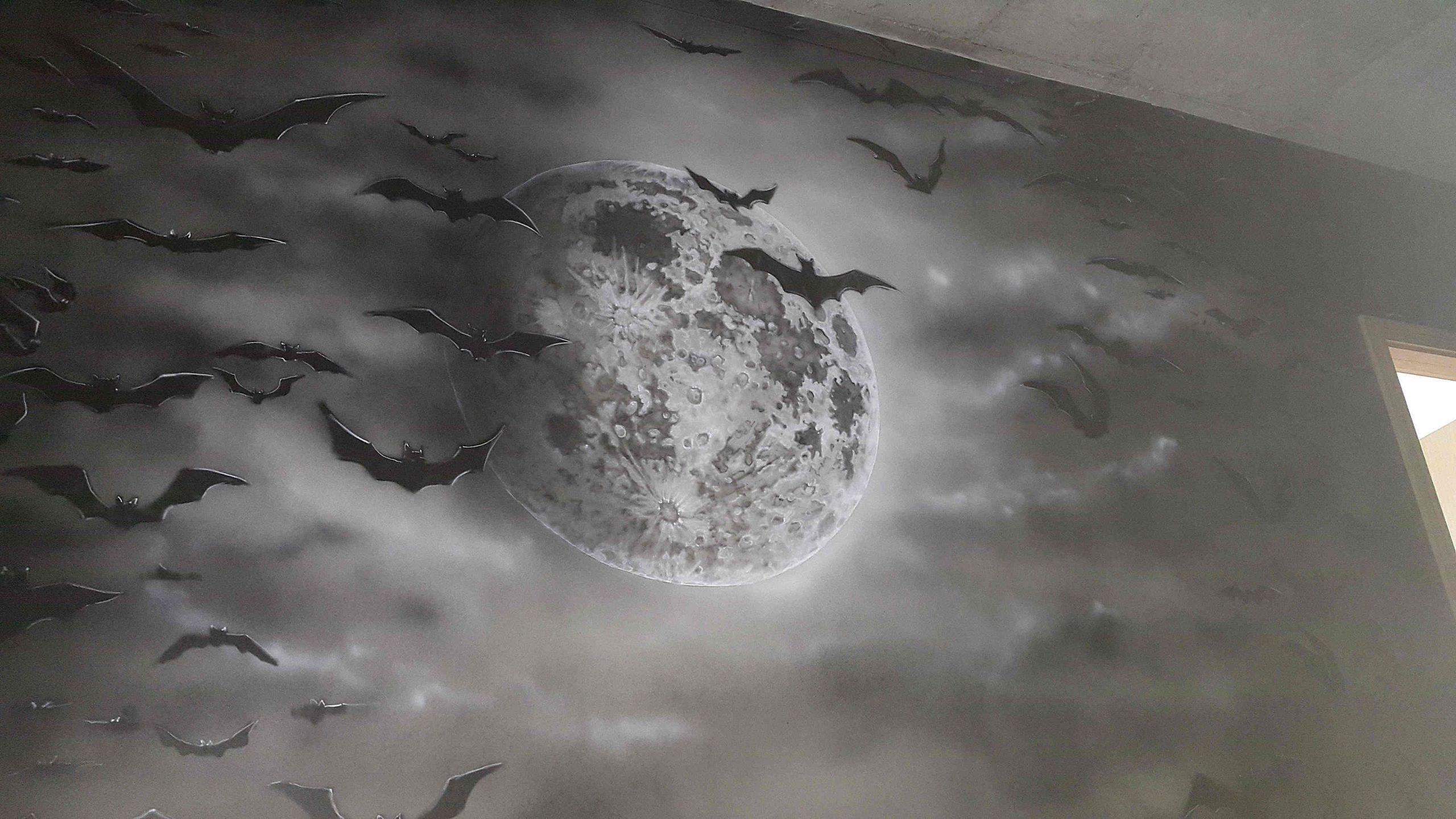 Czarno biały mural wykonany na klatce schodowej w mrocznym wydaniu
