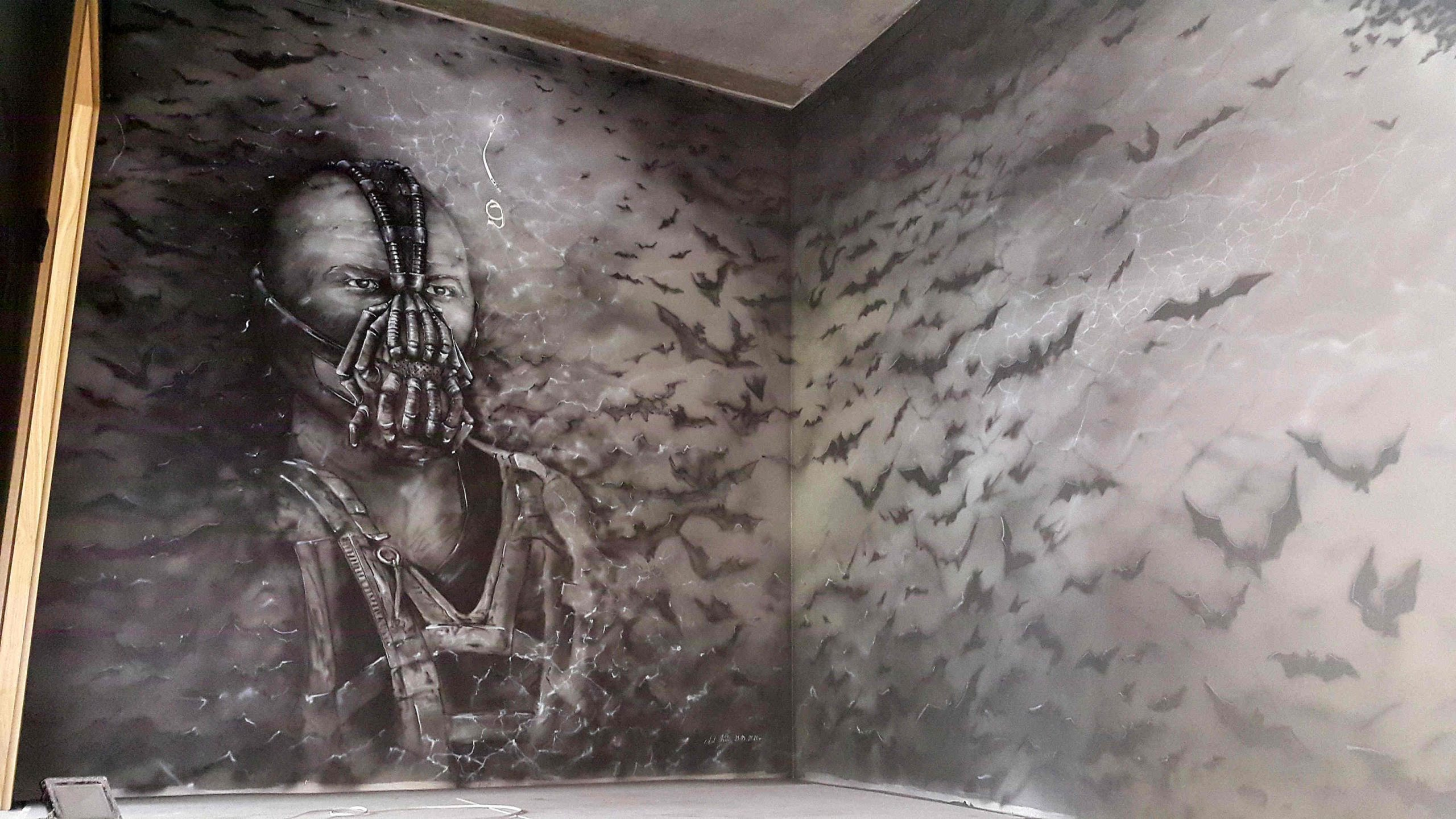 Mroczne malowidło ścienne wykonane na klatce schodowej, mural w czarno bieli