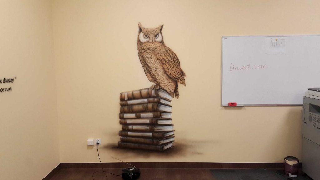 Malowanie sowy na ścianie w klasie polonistycznej, mural 3D w sali języka Polskiego