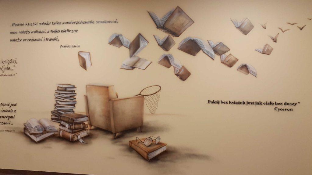 Malowanie sali polonistycznej, surrealistyczny mural w klasie, malowanie latających ksiązek i cytatów w kolorystyce sepii