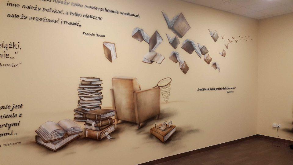 Malowanie surrealistycznego malowidła w sali polonistycznej, aranżacja klas i szkół, mural 3D w klasie