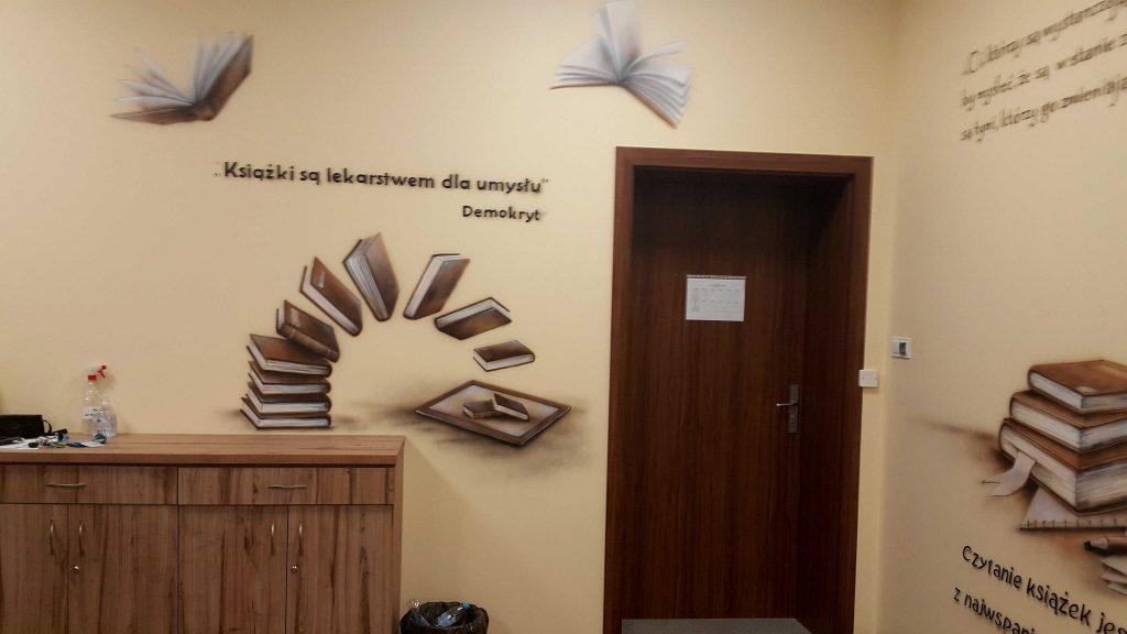 Ciekawy pomysł na wystrój sali polonistycznej poprzez malowanie w sepii obrazu na ścianie, mural 3D