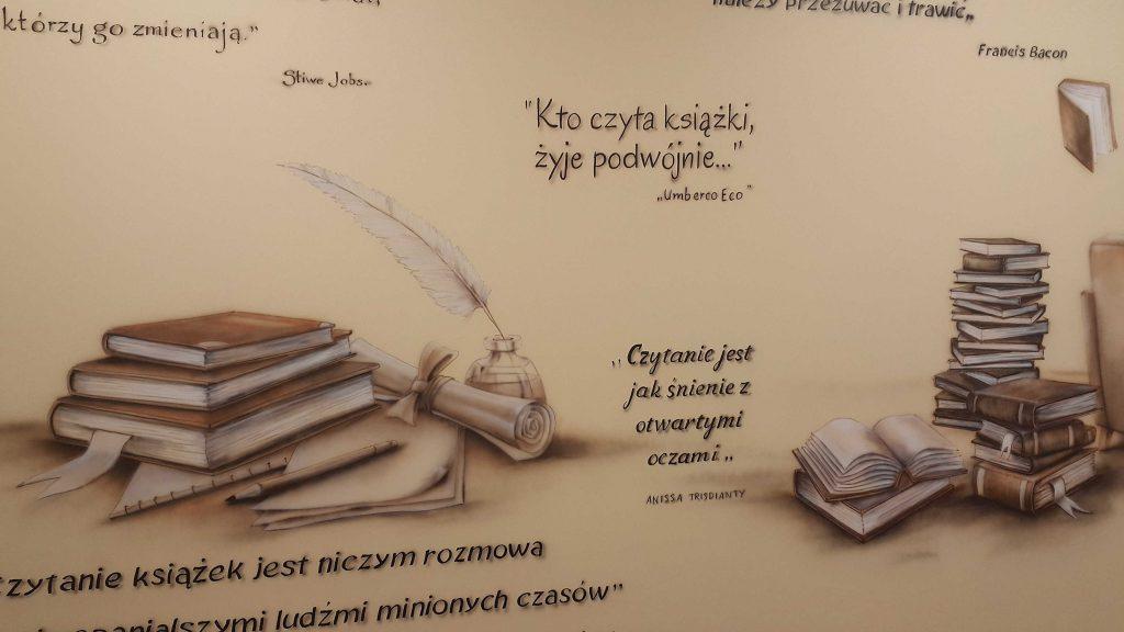 Aranżacja sali polonistycznej, surrealistyczny mural w klasie