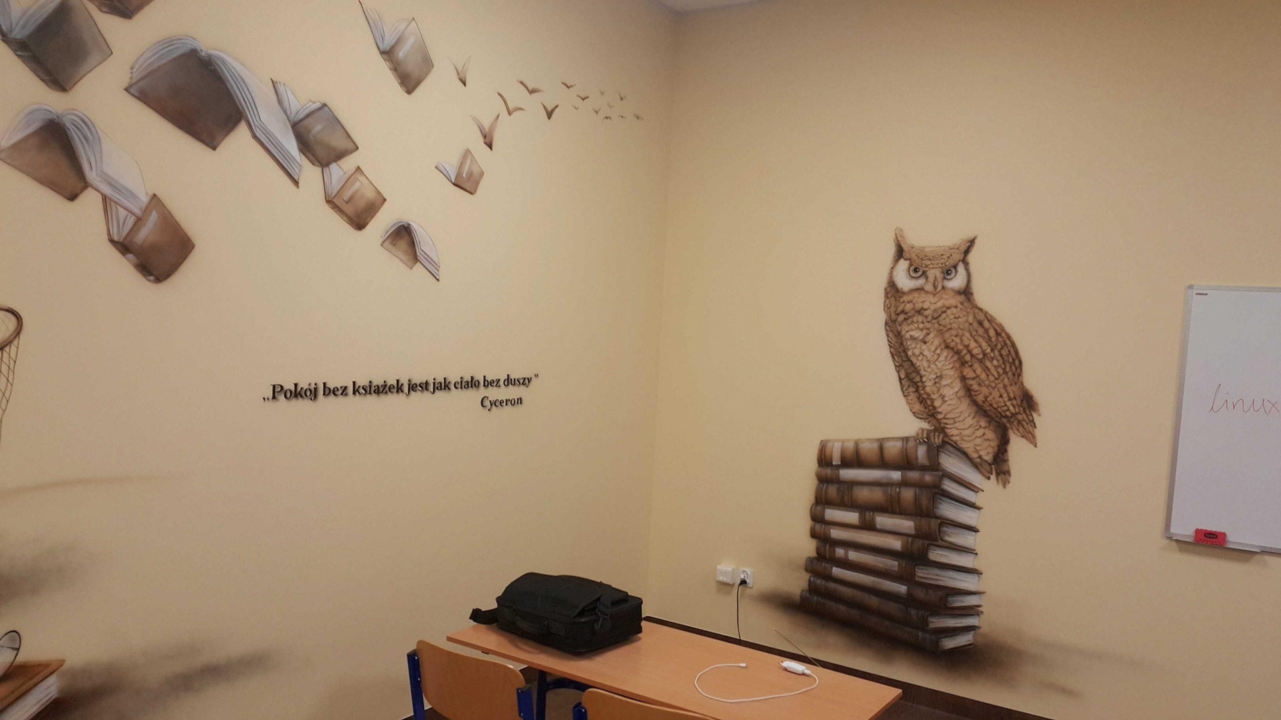 Mural w sali polonistycznej, malowanie latających książek