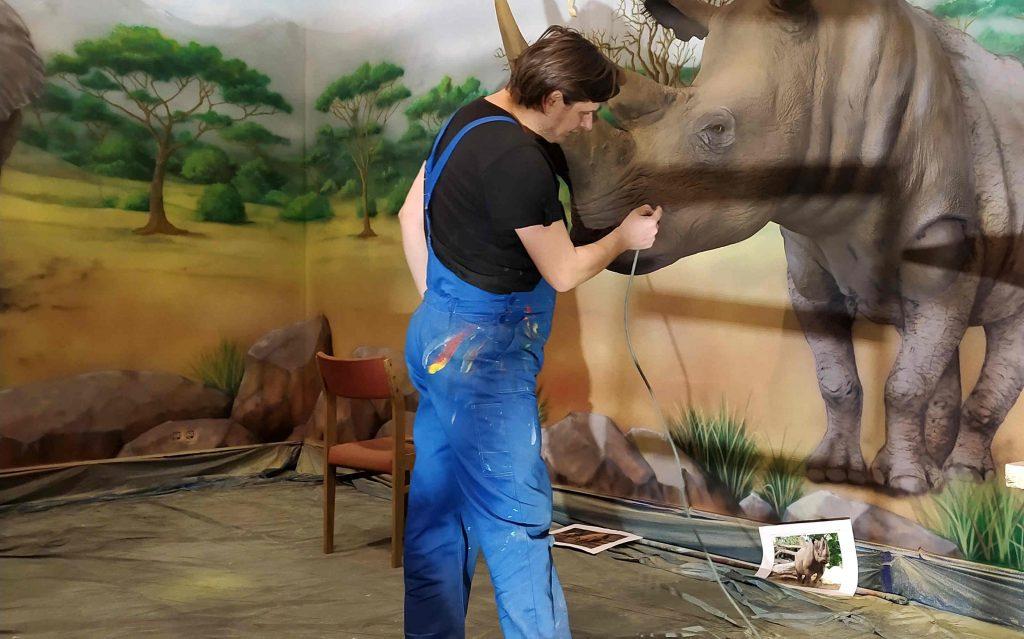 Malowanie makiet zwierząt, mural jako tło pod makiety