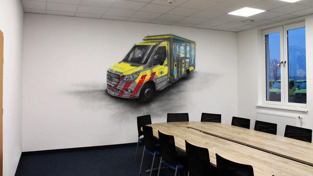 Aranżacja sciany w biurze, malowanie auta na ścianie w przestrzeni biurowej