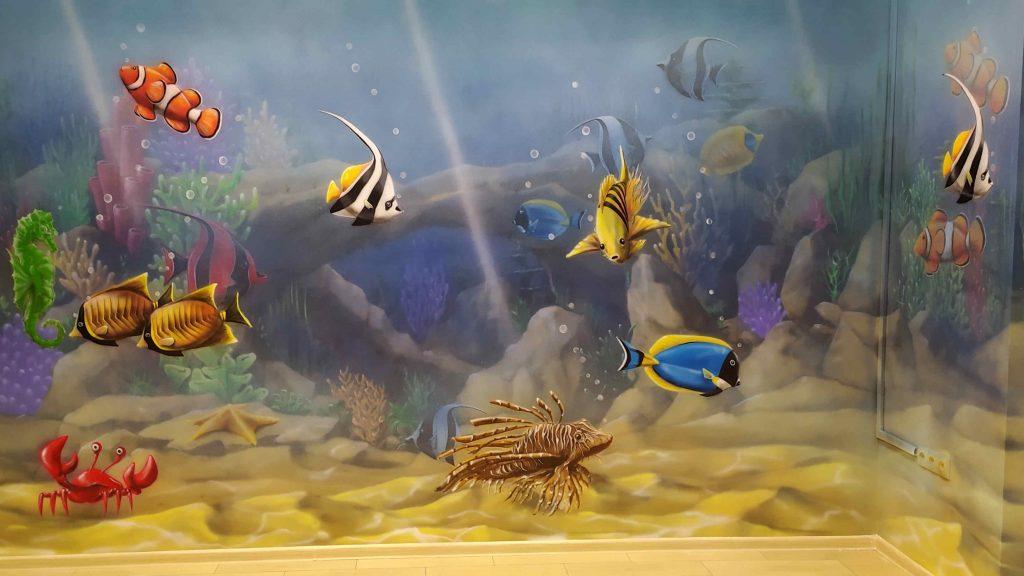 Malowanie rafy koralowej w przychodni, malowanie rybek na ścianie