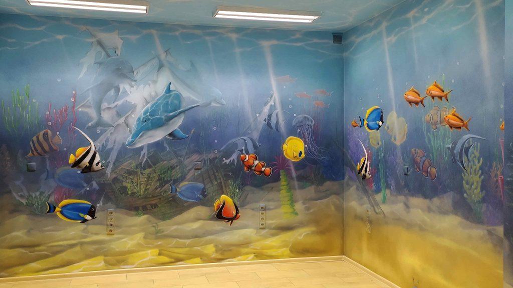 Aranżacja przychodni, wystrój przychodni w podwodny świat, malowanie rafy koralowej w gabinecie zabiegowym dla dzieci