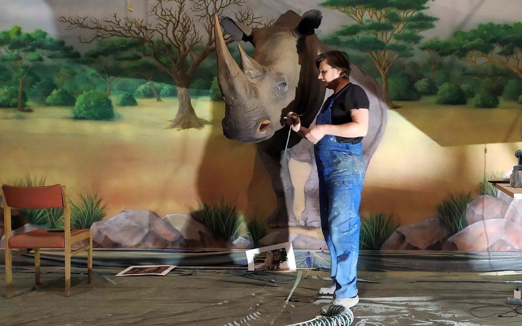 Malowanie tła pod makiety zwierząt, mural afrykański