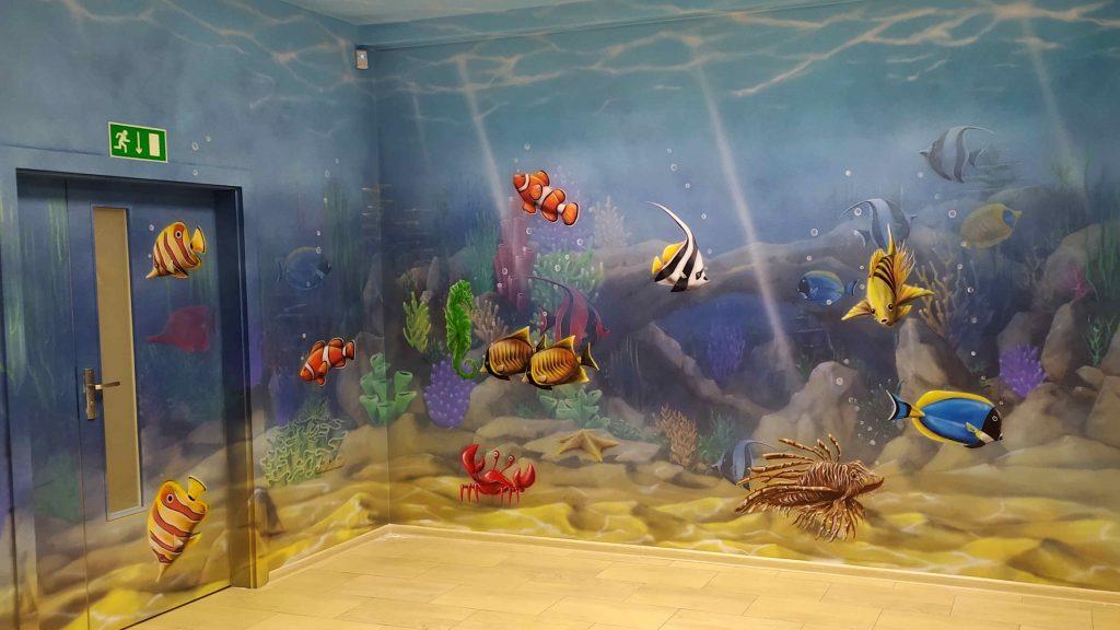 Mural w przychodni, malowanie scian w przychodni w motyw związany z rafa koralowa, kolorowa przychodnia dziecięca