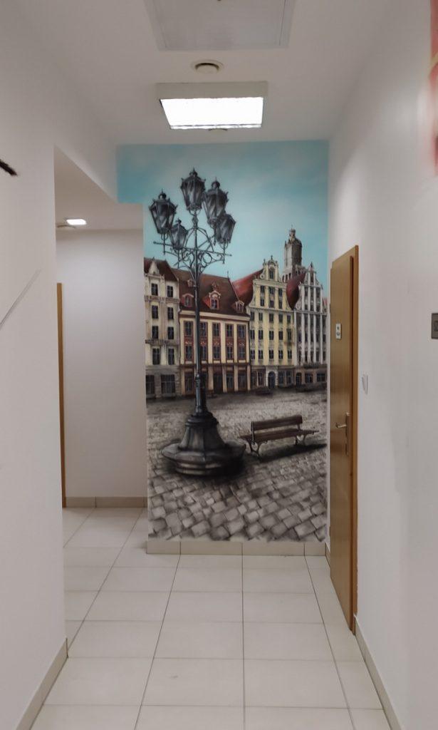 Malowanie wrocławskiej starówki, mural 3D, aranżacja ścian w poczekalni