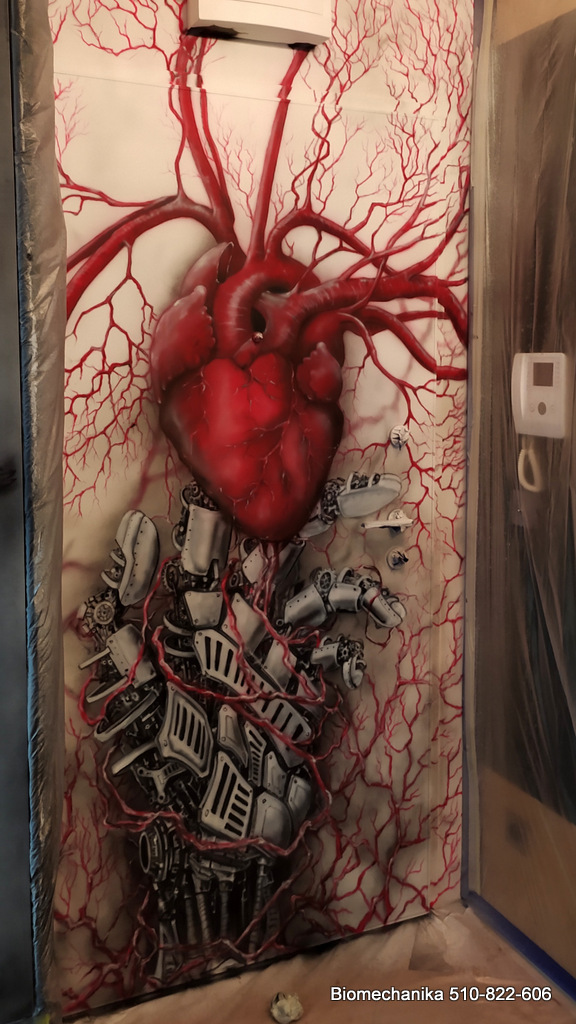 Mural trans humanizm, połączenie człowiek z maszyną, malowanie biomechaniki na ścianie