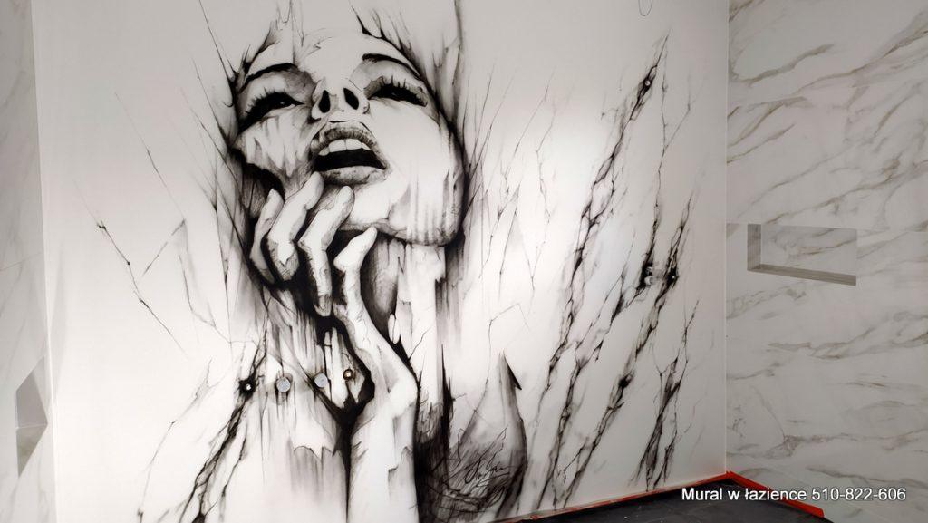 Mural w łazience w czarno białej kolorystyce, przypominający szkic węglem