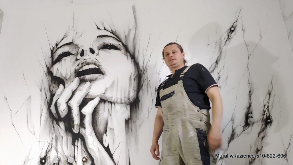 Czarno biały mural namalowany w łazience, surrealistyczny portret kobiecej twarzy pełen ekspresji