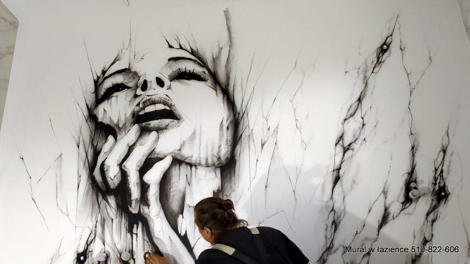 Czarno biały mural w łazience