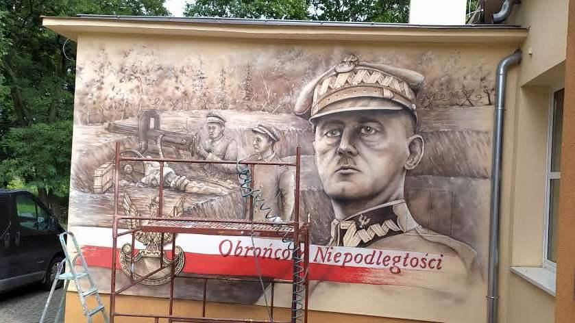 Mural historyczny w parchaniu, malowanie patrona szkoły gen Władysława Sikorskiego