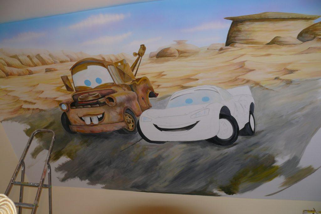 Malowanie samochodów na ścianie w pokoju dziecka, graffiti w pokoju dziecięcym