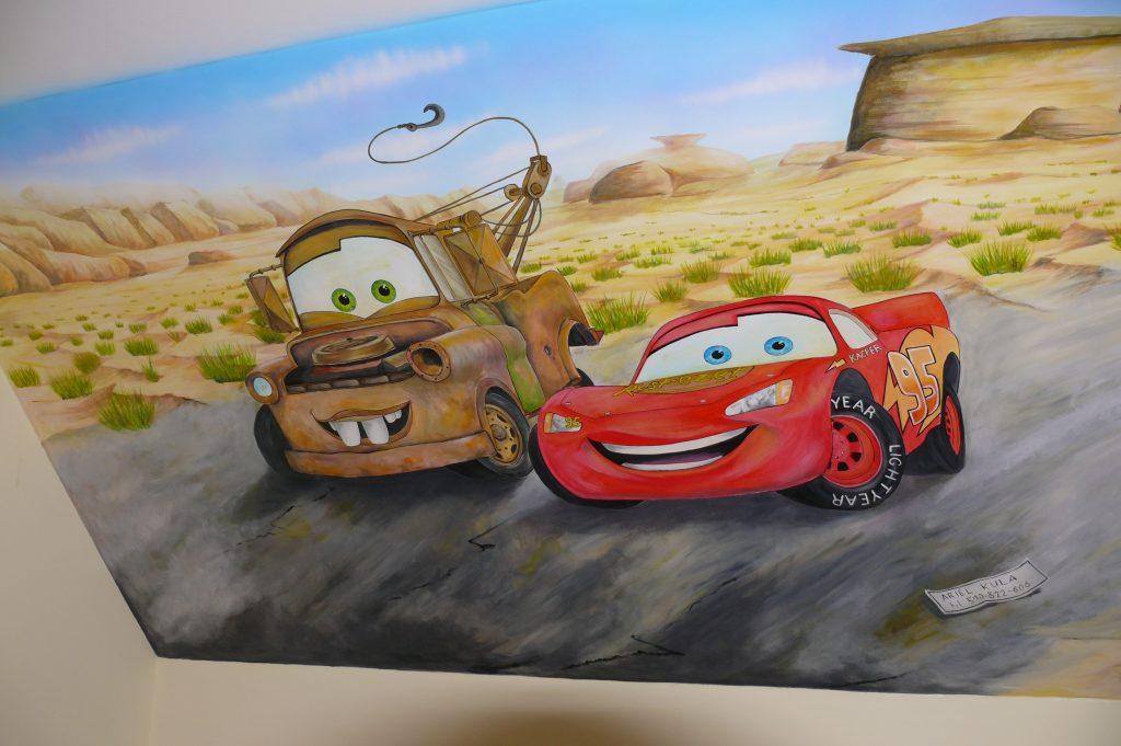 Malowanie samochodów na ścianie w pokoju chłopca,