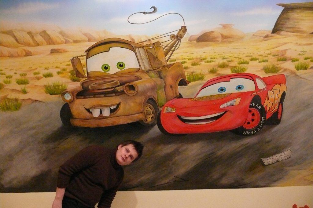 Malowanie pokoju chłopca, samochodów na ścianie w pokoju chłopca