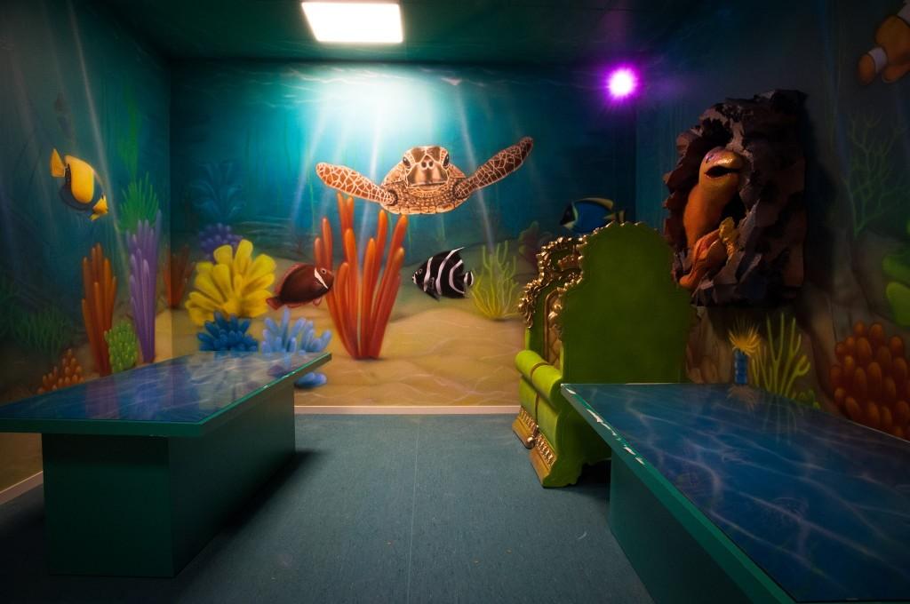 Malowanie na ścianie rafy koralowej w ultrafiolecie, mural uv