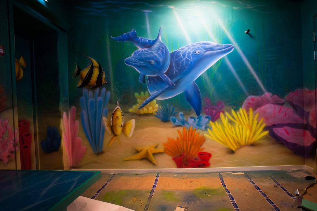 aranżacja ściany, malowanie delfinów w ultrafiolecie, mural uv, pokój dziecięcy, rafa koralowa