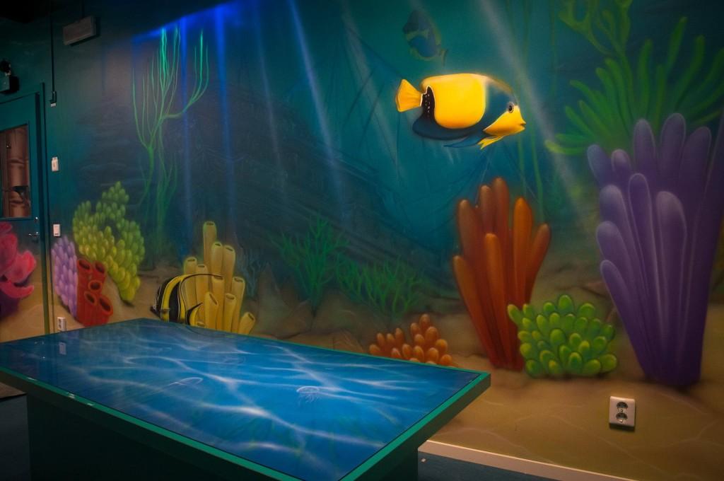 Malowanie rafy koralowej na ścianie, mural UV, w pokoju chłopca, mural 3D, artystyczne ozdabianie ściany