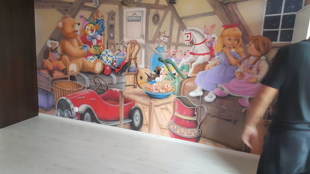Malowanie koloreoej historyjki na ścianie