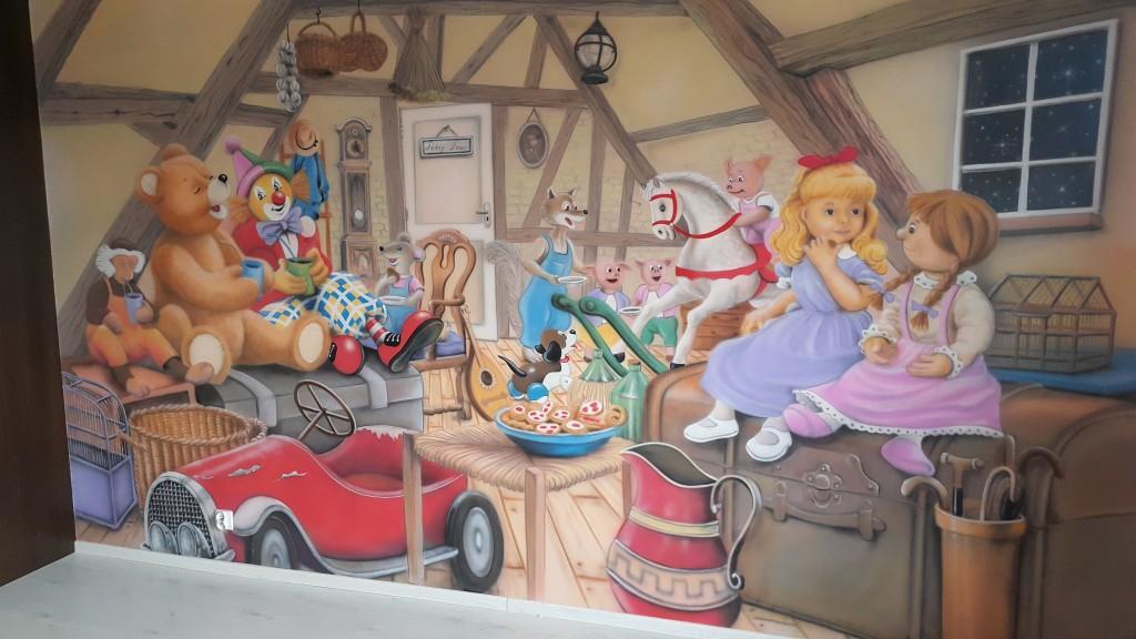 Ciekawy pomysł na aranżacje ściany w pokoju dziewczynki