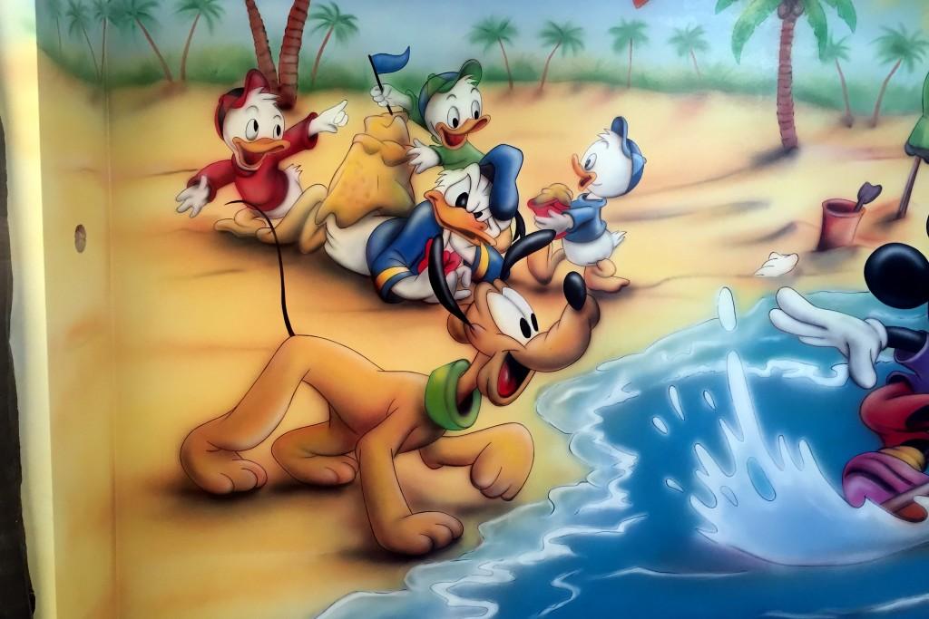 Malowanie kolorowego obrazu na ścianie myszki Micki