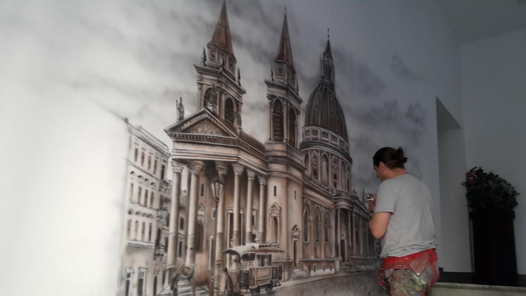Mural ścienny, artystyczne malowanie ściany areografem, plac trzech krzyży