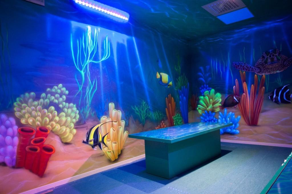 Malownie Uv w ultrafiolecie, malowanie głębi, rafa koralowa, mural ścienny w pokoju dziecięcym