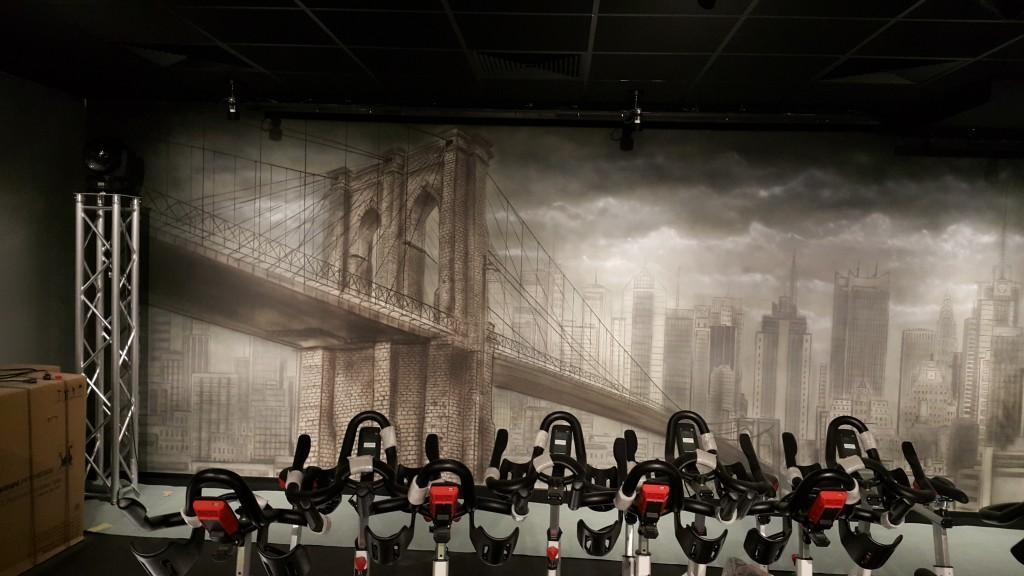 Artystyczne malowanie ściany w klubie, grafika ścianna most brukliński, mural