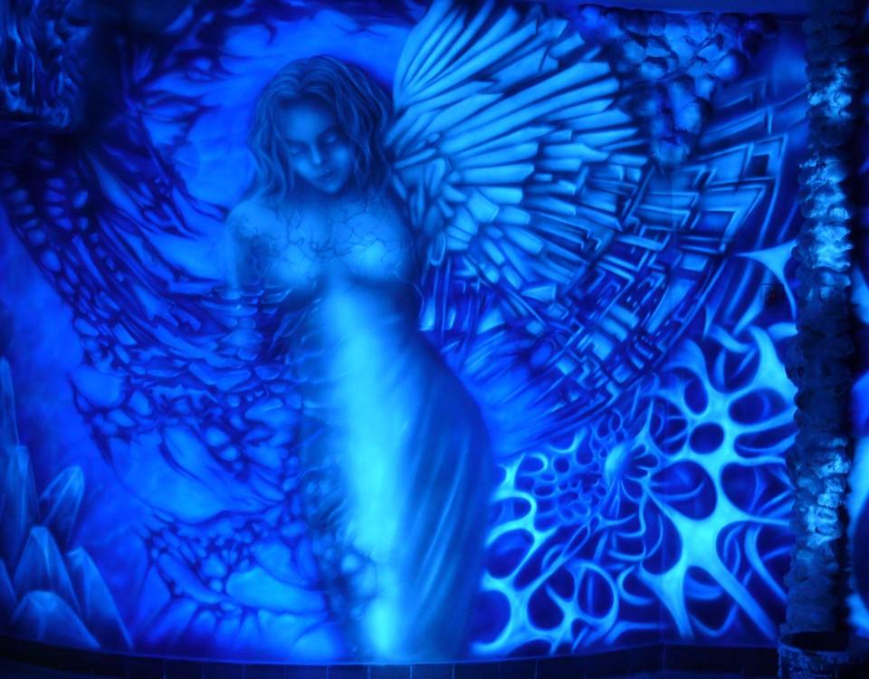 Nowoczesny obraz w Ultrafiolecie, abstrakcja biomechaniczna, malowanie obrazu na scianie w klubie farbami UV