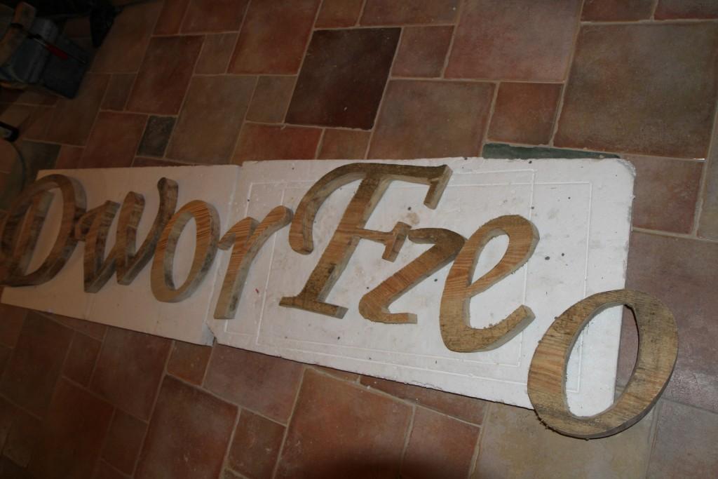 wykonywanie loga z drewna, drewniane szyldy