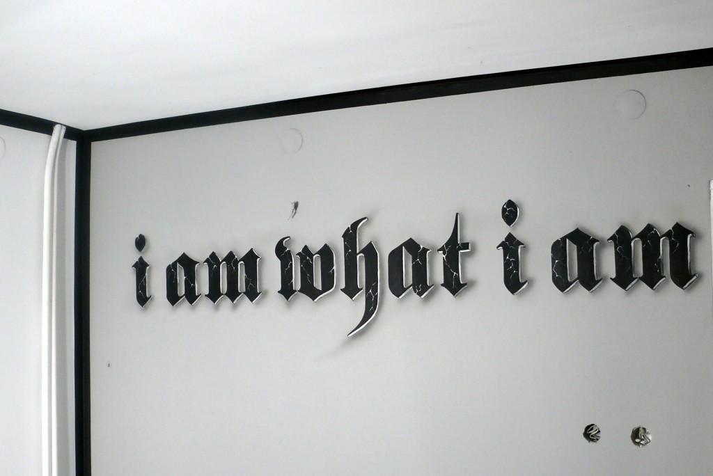 Malowanie napisu na ścianie w pokoju młodzieżowym,