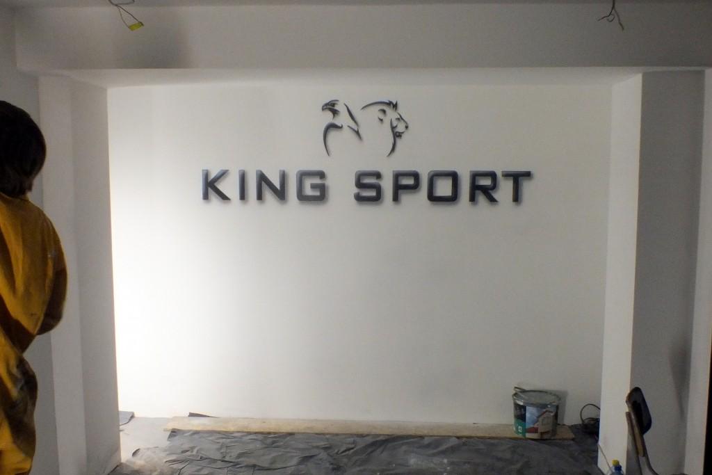 Logo namalowane na ścianie w sklepie, malowanie szyldu reklamowego