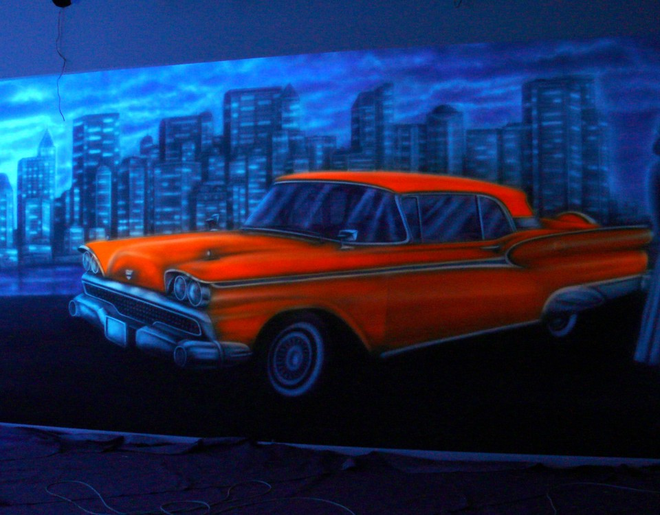 Malowanie kręgielni farbami UV, malowanie samochodu na ścianie w kręgielni