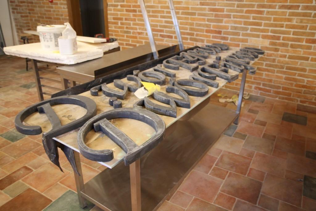 stylowe szyldy z drewna, przecieranie lakieru na szyldzie