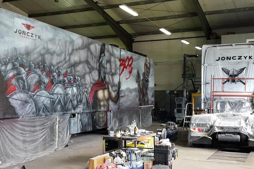 Malowanie graffiti na tirze areografem