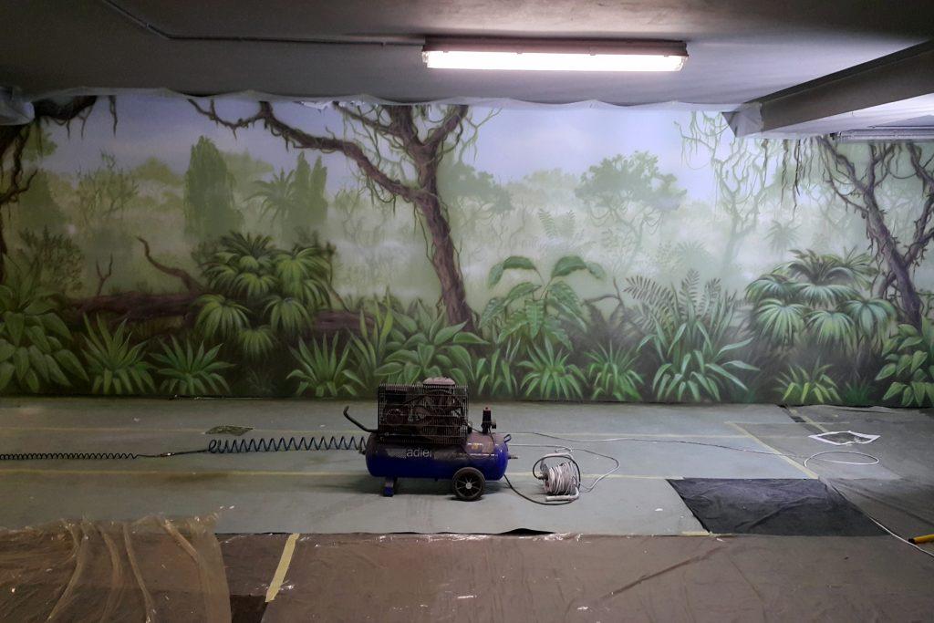 Malowanie dzungli na ścianie, w garażu, mural