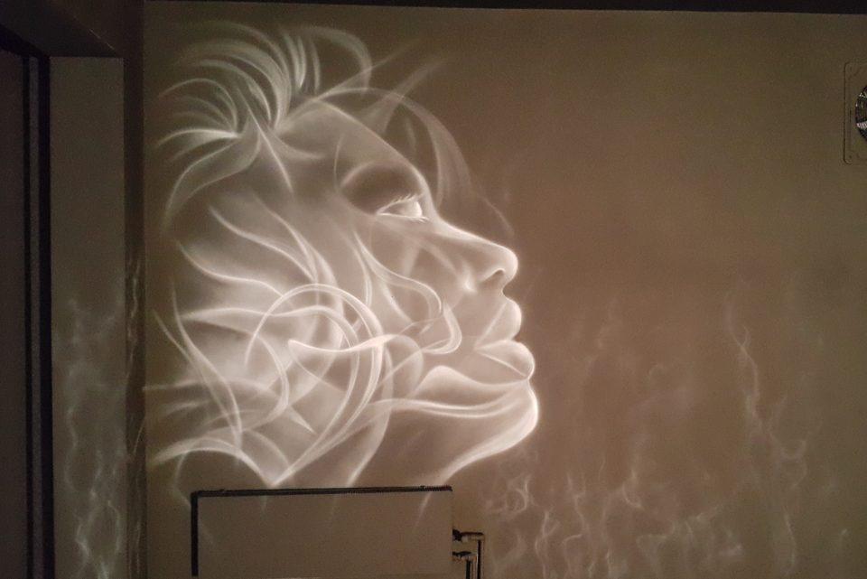 Malowanie obrazu na ścianie graffiti w klubie nocnym