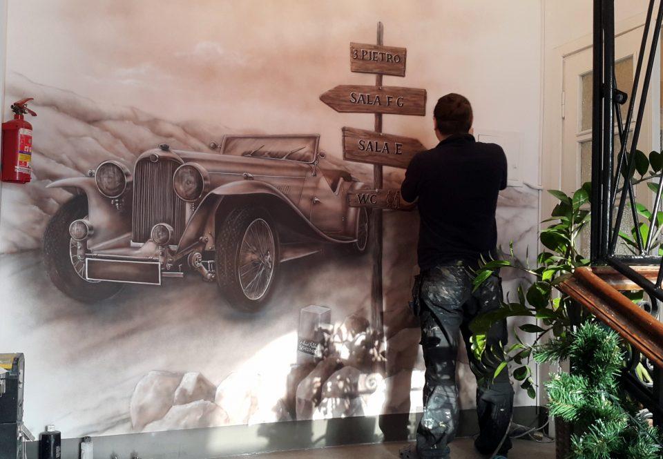 Artystyczne malowanie ściany, Malowanie auta na ścianie, mural w sepii, aranżacja ściany na klatce schodowej