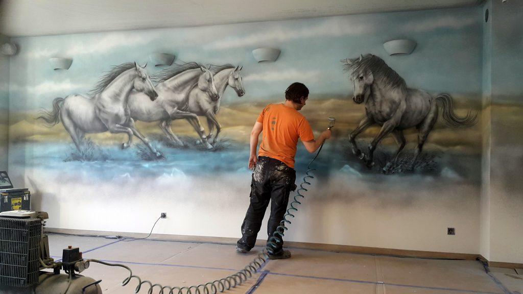 Malowanie koni na ścianie, obraz namalowany na ścianie