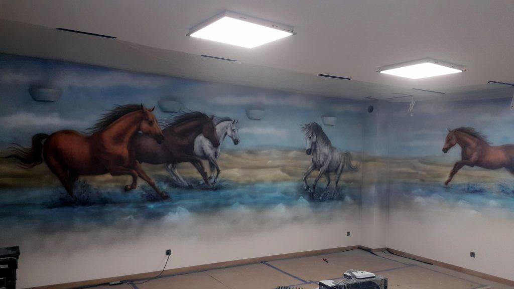 Malowanie obrazu na ścianie konie w galopie, portret galopujących koni