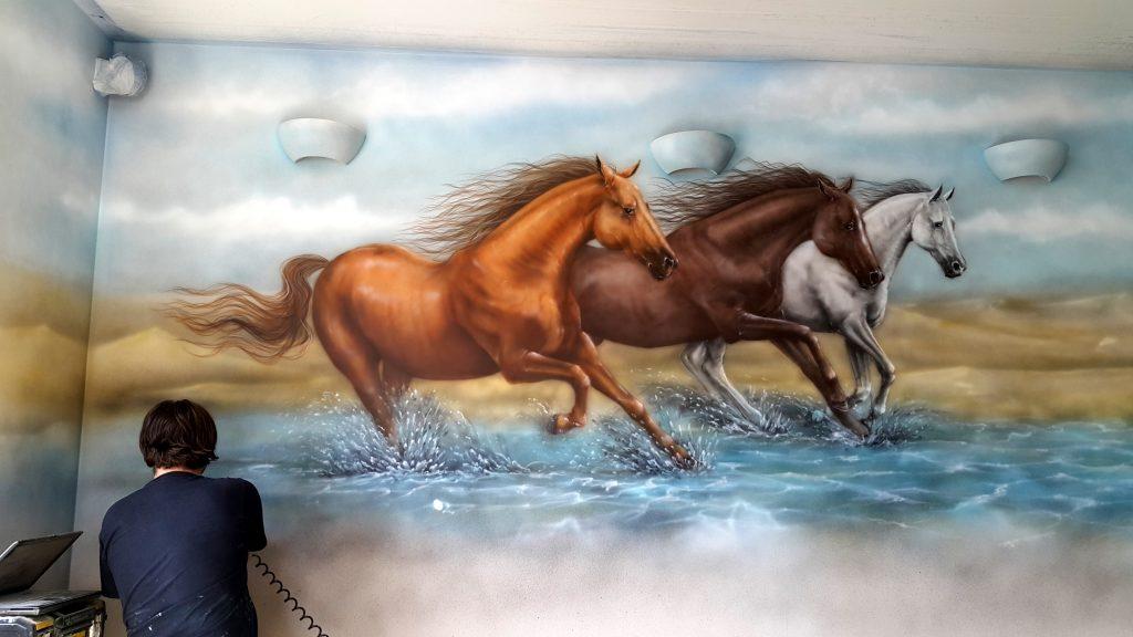 Malowanie koni w galopie, obraz namalowany na ścianie w salonie mural - biegnące konie